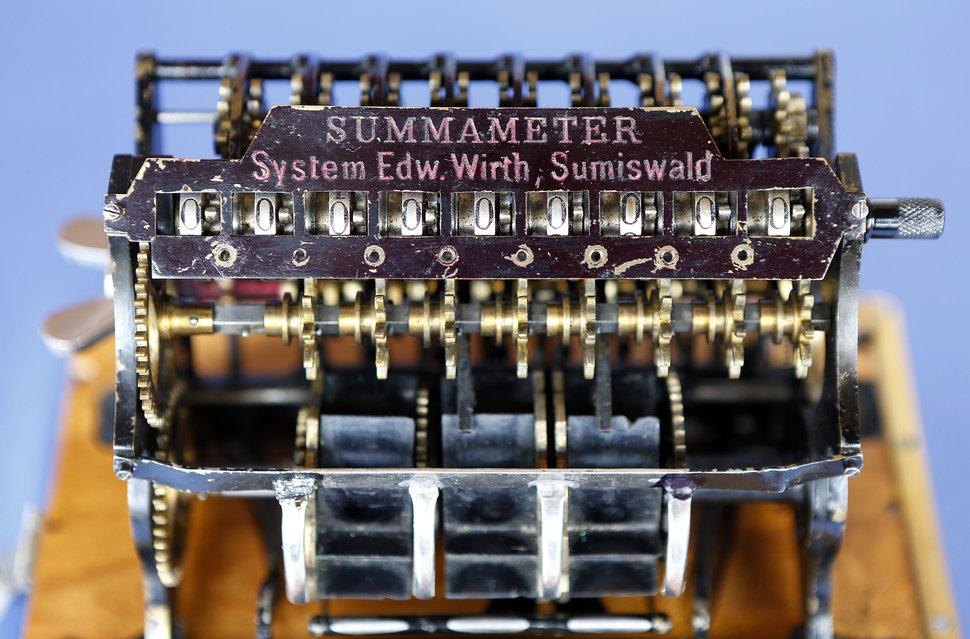Hanspeter Schaub besitzt eine wertvolle, um die vorletzte Jahrhundertwende gefertigte Rechenmaschine aus Sumiswald.. © Beat Mathys